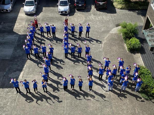 「青雲55周年」キャンペーン。Slackの呼びかけに集まった、部門・年齢バラバラの社員たち。画像は日本香堂のSNSに投稿された