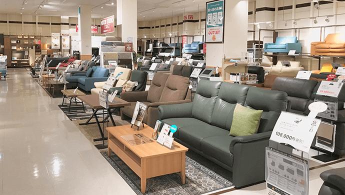 店頭に並ぶソファー