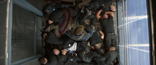 床に突っ伏すシールドの傭兵たち。キャプテン・アメリカはどうやってこのピンチを乗り切ったのだろうか。アクションシーンは必見!