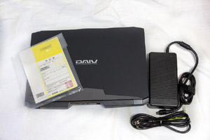 パッケージには本体、ACアダプタ、電源ケーブル、マニュアル類(製品仕様書、ファーストステップガイド、マウスコンピューターサポートマニュアル、保証書、色域出荷データシート)が同梱されている