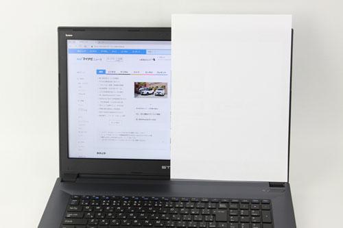 A4コピー用紙をかざしてみるとこのような感じになる。画面が大きいと一般的な資料サイズを想定しながらの操作も楽にできる