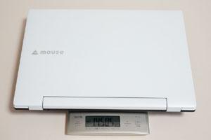 本製品の実測重量は1450.5g。トートバッグなどに入れて気軽に持ち歩ける重さだ