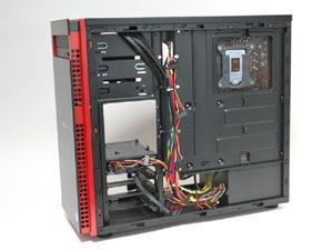 右側面パネルを開くと、裏面配線が行われたマザーボードベースを確認できる。必要なケーブルだけを引き出せる仕組みだ