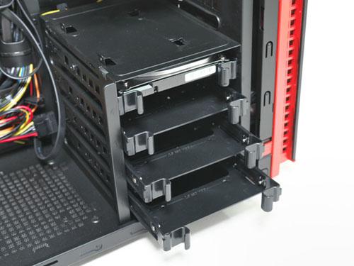 ストレージは、プラスチックカバーを取り付けて金属ケージにスライドさせるだけで取り付けられる仕組みで、ツールレスで脱着可能