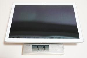 タブレット本体の実測重量は712g。電車内でも片手でラクラクとホールドできる