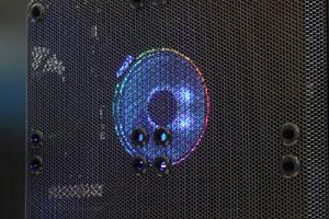「AMD Ryzen 7 2700X」の冷却には「AMD Wraith Prism Cooler」を採用。RGB照明で美しく輝くだけでなく、直接接触型ヒートパイプとファン・オーバークロック制御を組み合わせることで、冷却効率が向上しているとうたわれている