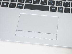 タッチパッドもシルバーで統一。クリックボタンは左右一体型となり、クリック音は低い