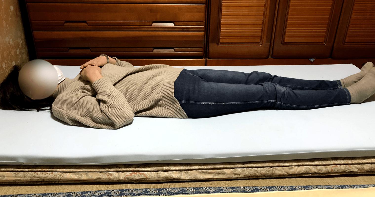 敷布団とトッパーマットレスに寝ている様子