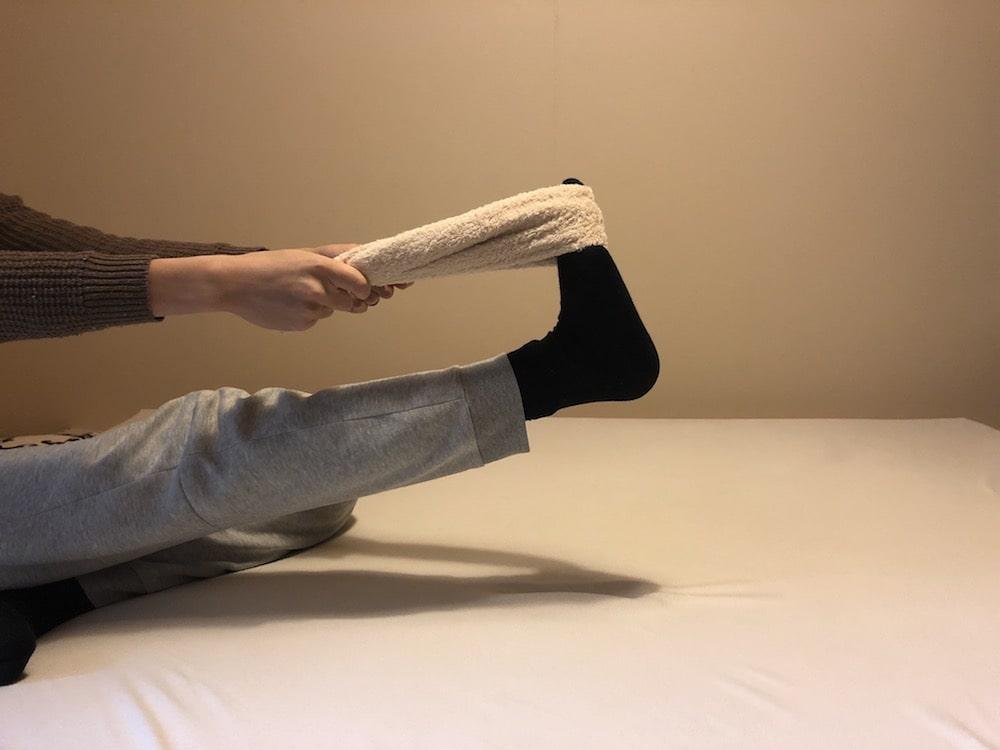タオルを使った腰痛ストレッチ2