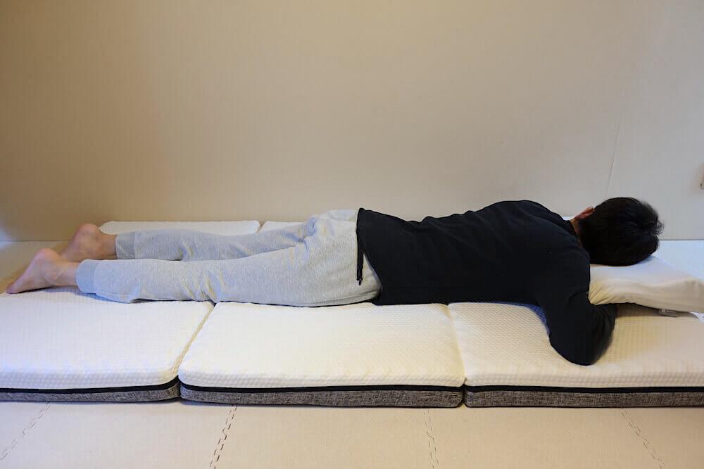 エコラテエリートに男性がうつぶせ寝でた様子