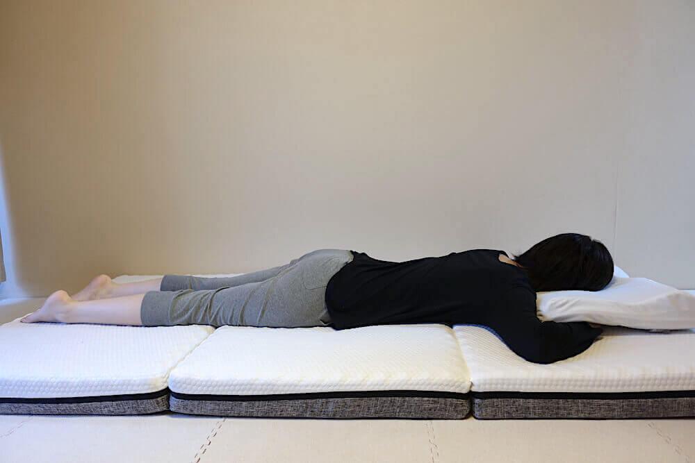 エコラテエリートに女性がうつ伏せで寝た様子