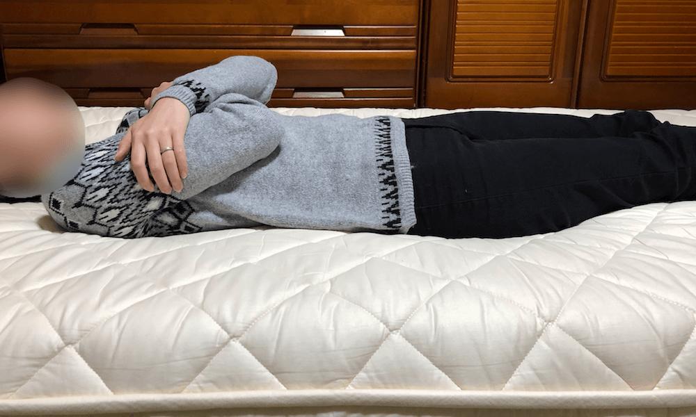 雲のやすらぎプレミアムに女性が仰向けに寝てみた様子