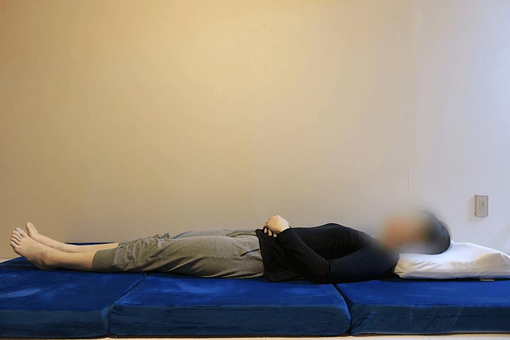 エムリリーの三つ折りに女性が仰向けに寝て見た様子