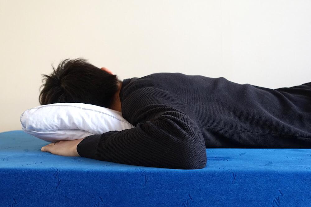フィッティピローに男性がうつ伏せで寝てみた様子