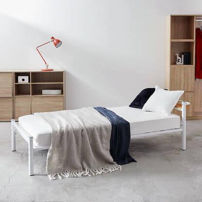 コンセントが使える宮棚付きパイプベッド