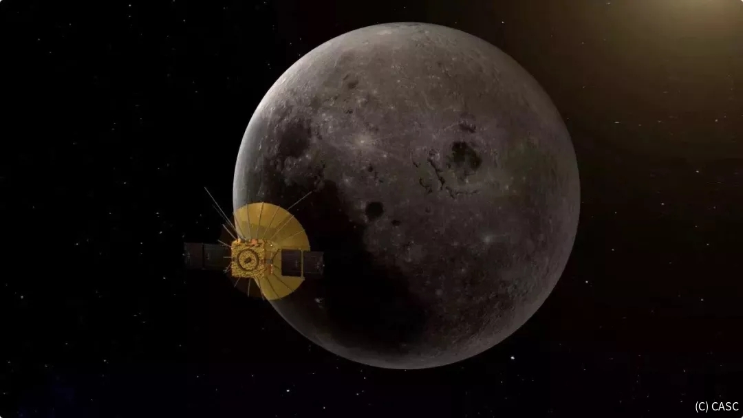 月の裏側を回る軌道に乗った通信衛星「鵲橋」の想像図